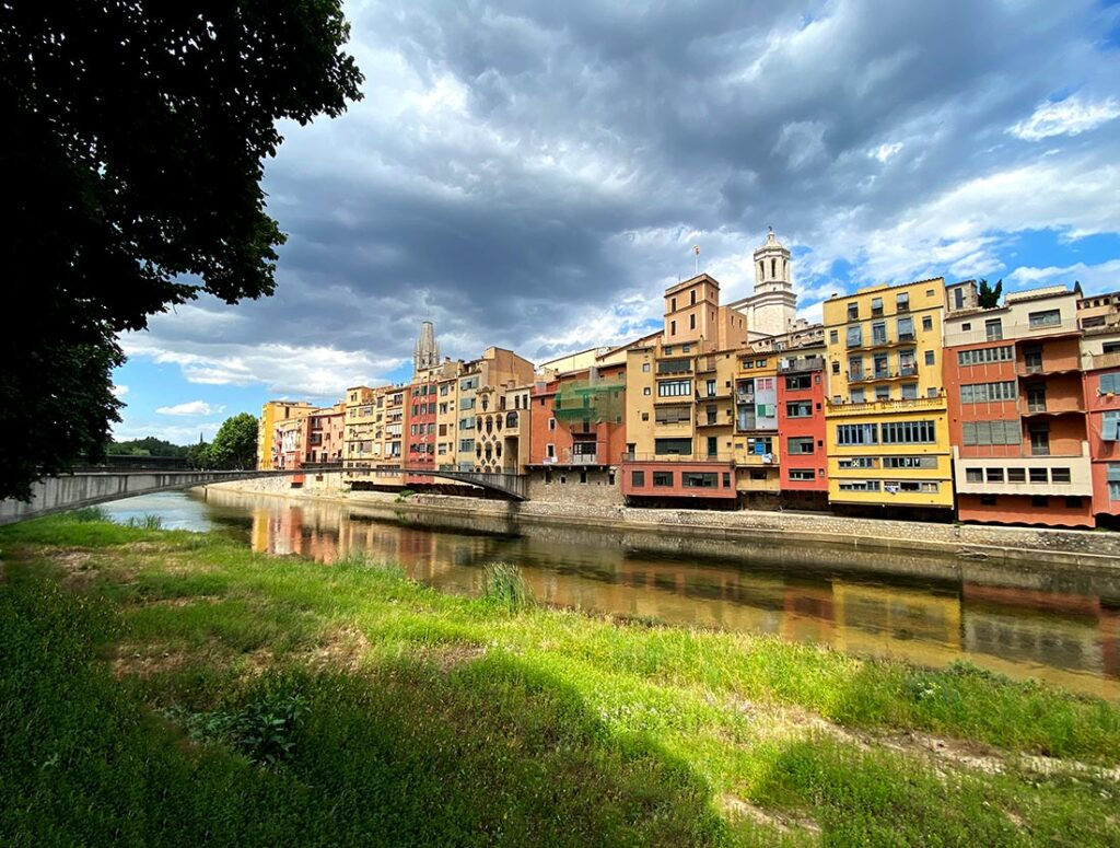 How to take a day trip from Barcelona to Girona for scenic historic cityscapes!
